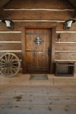 Dovetail log home. Entrance.
